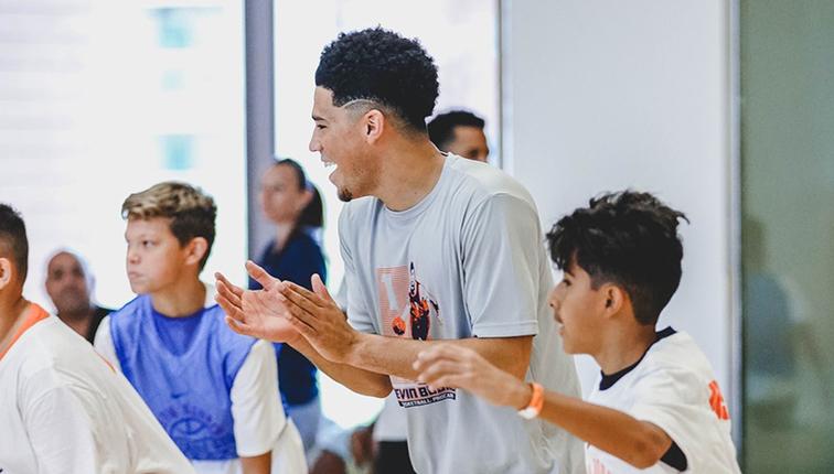 布克:我很高兴能够看到训练营的孩子们享受篮球的乐趣