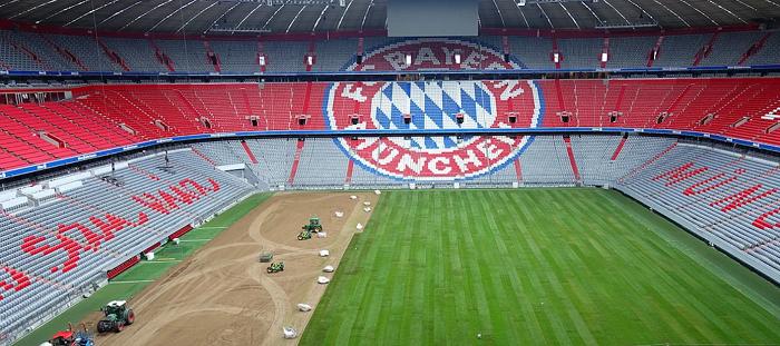 迎接新赛季,拜仁主场安联球场更换草皮