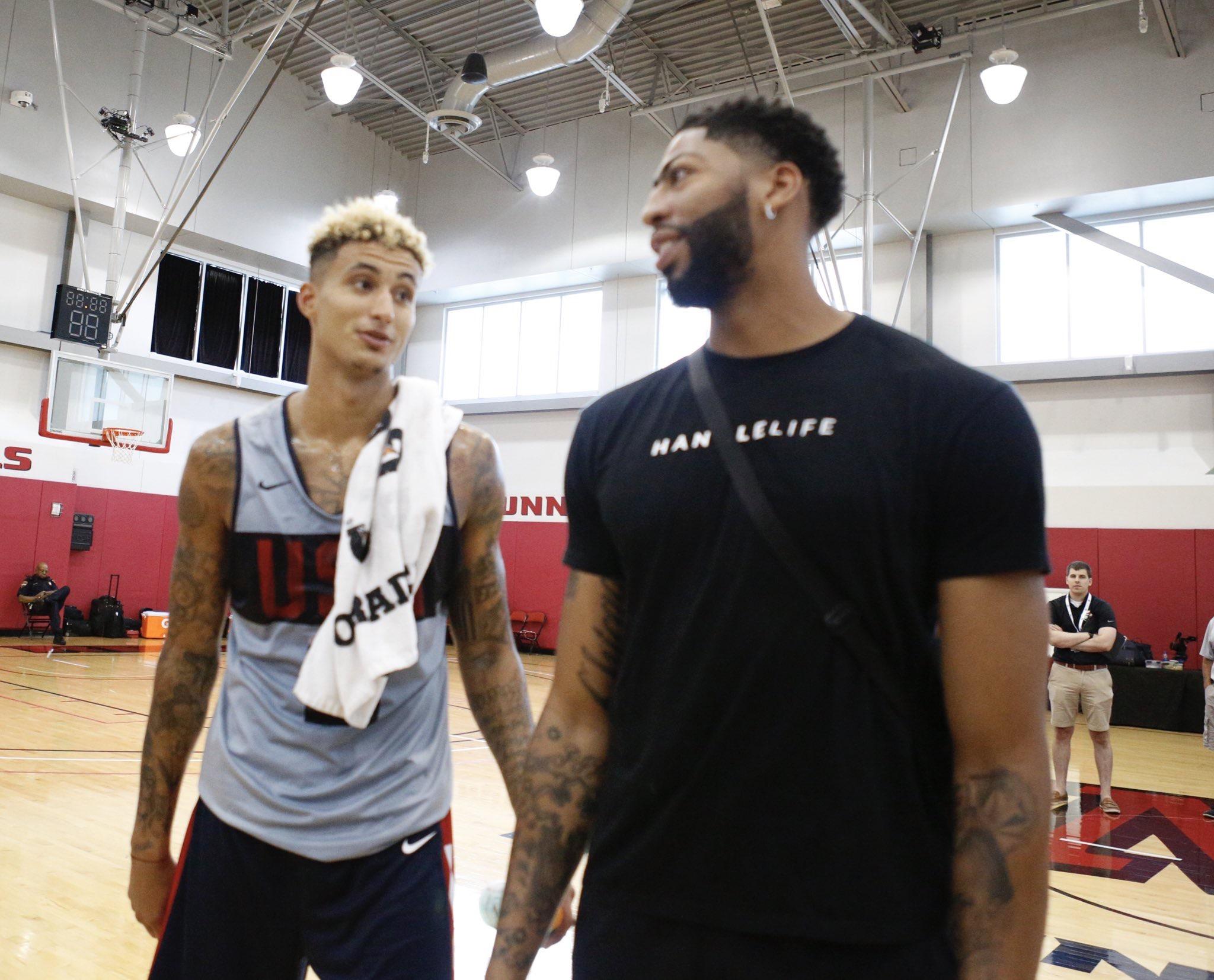 拥抱队友!NBA官方公布戴维斯探班美国男篮训练营图集