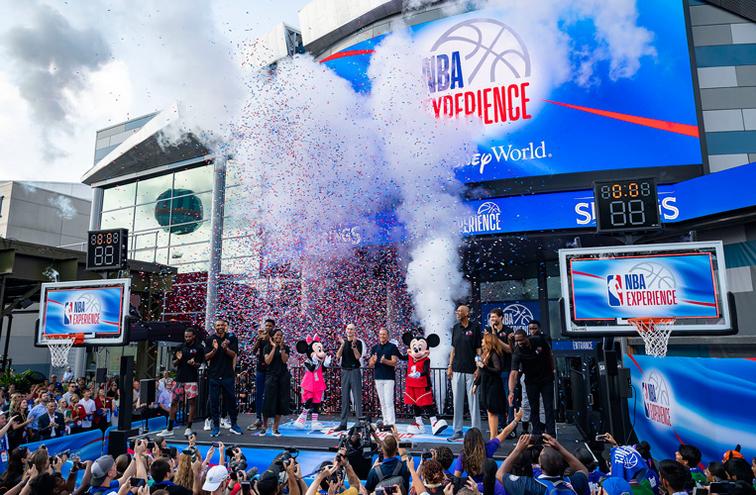 戈登、艾萨克参与NBA迪士尼体验店开业典礼,感慨万千
