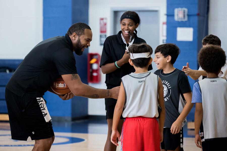 NBA官网发布西奥-平森参加篮网青少年篮球训练营图集