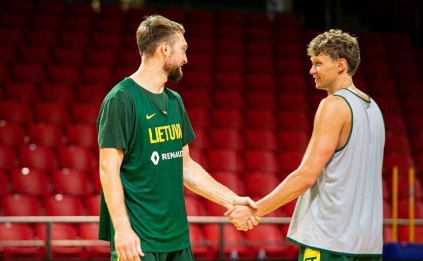 库兹明斯卡斯晒与萨博尼斯合影:篮球带给我最重要的友情