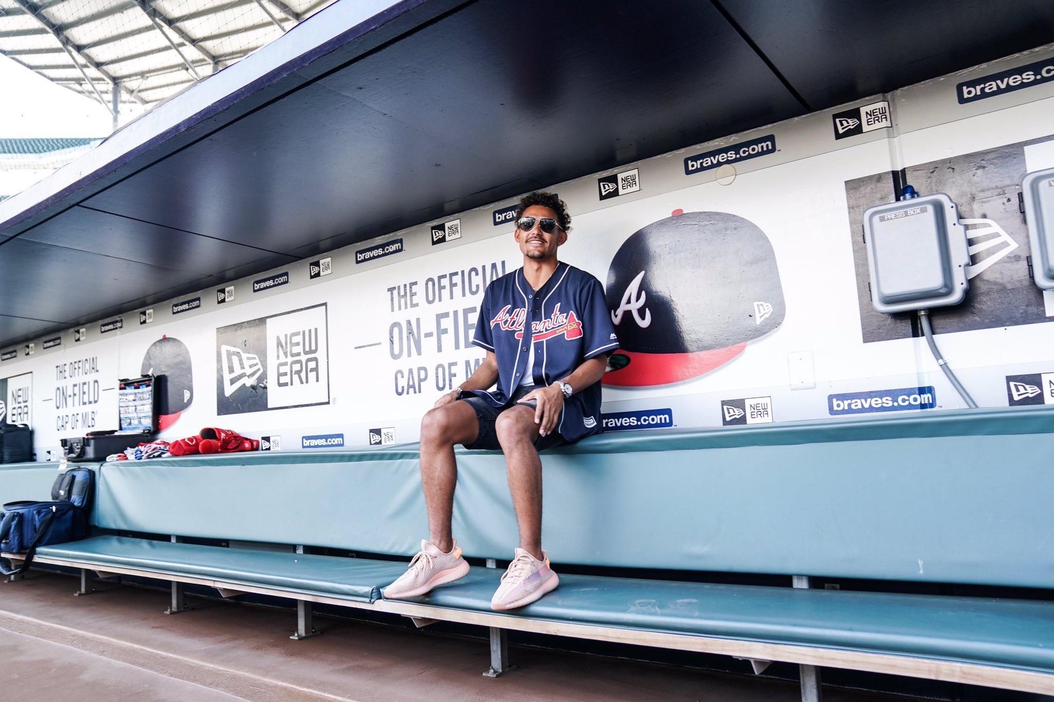 特雷-杨前往观看MLB亚特兰大勇士队棒球比赛