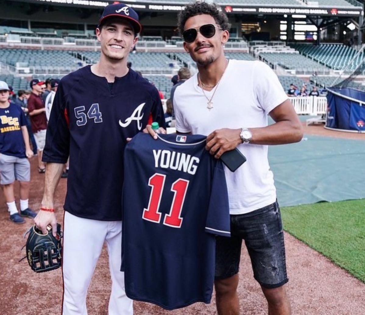 老鹰官方晒出亚特兰大棒球队赠予特雷-杨专属球衣现场照
