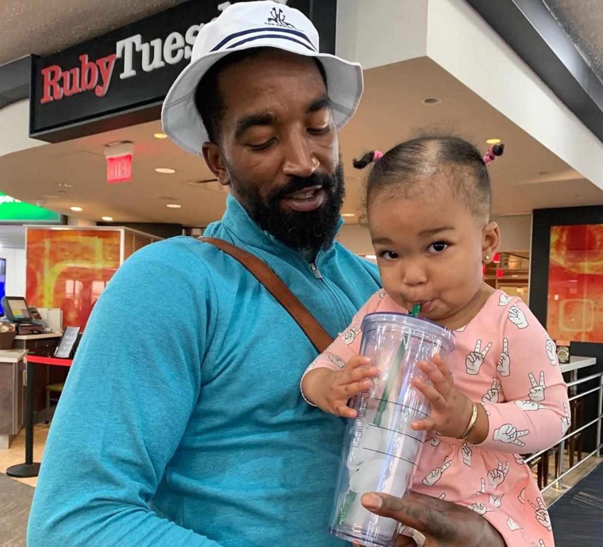 超级奶爸!JR-史密斯更新社媒晒出自己怀抱女儿的照片