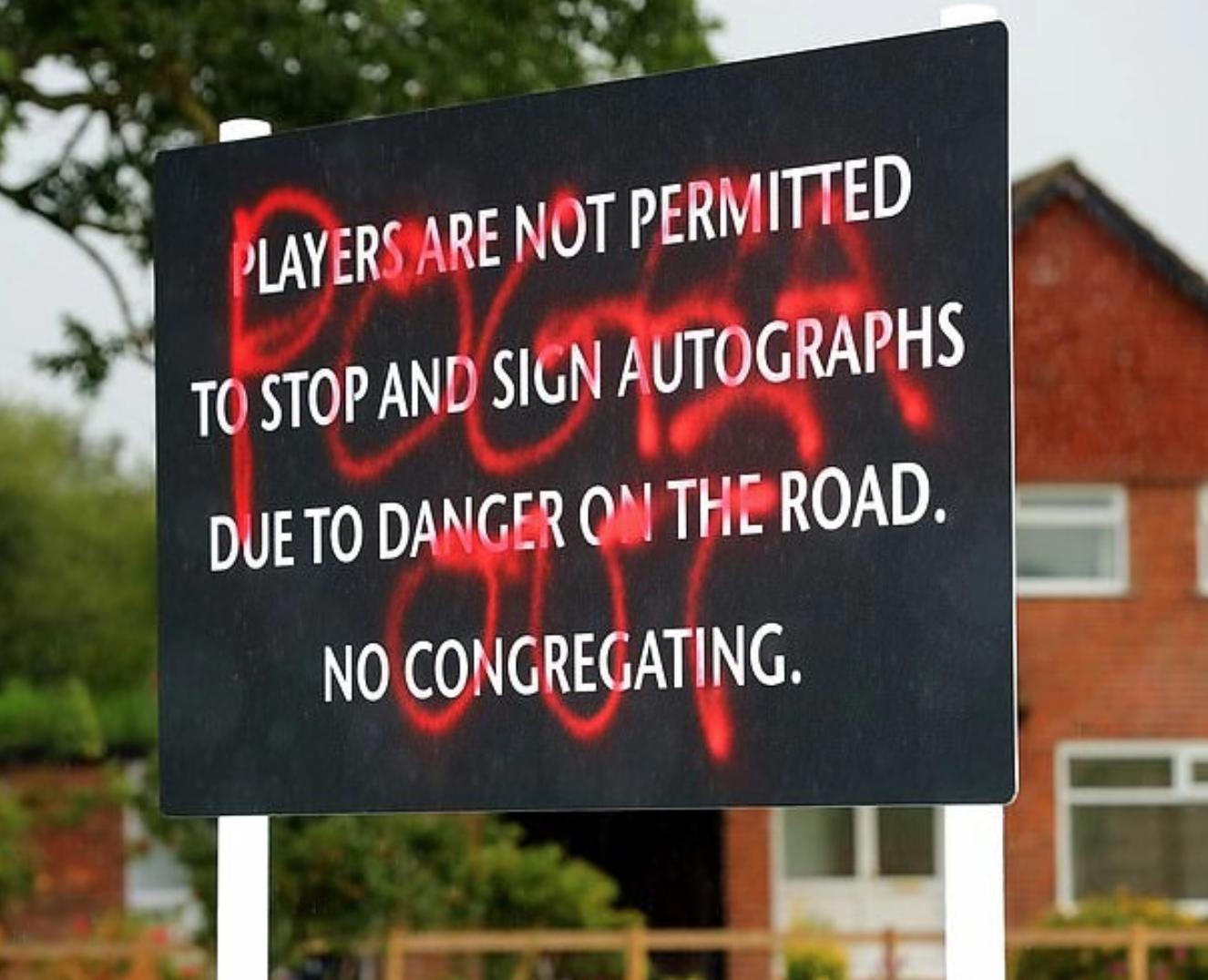 卡林顿基地门外告示牌被涂鸦:博格巴滚蛋