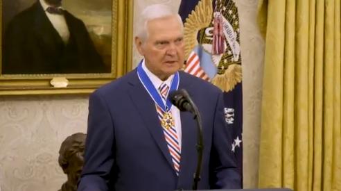 实至名归!杰里-韦斯特获得美国总统自由勋章