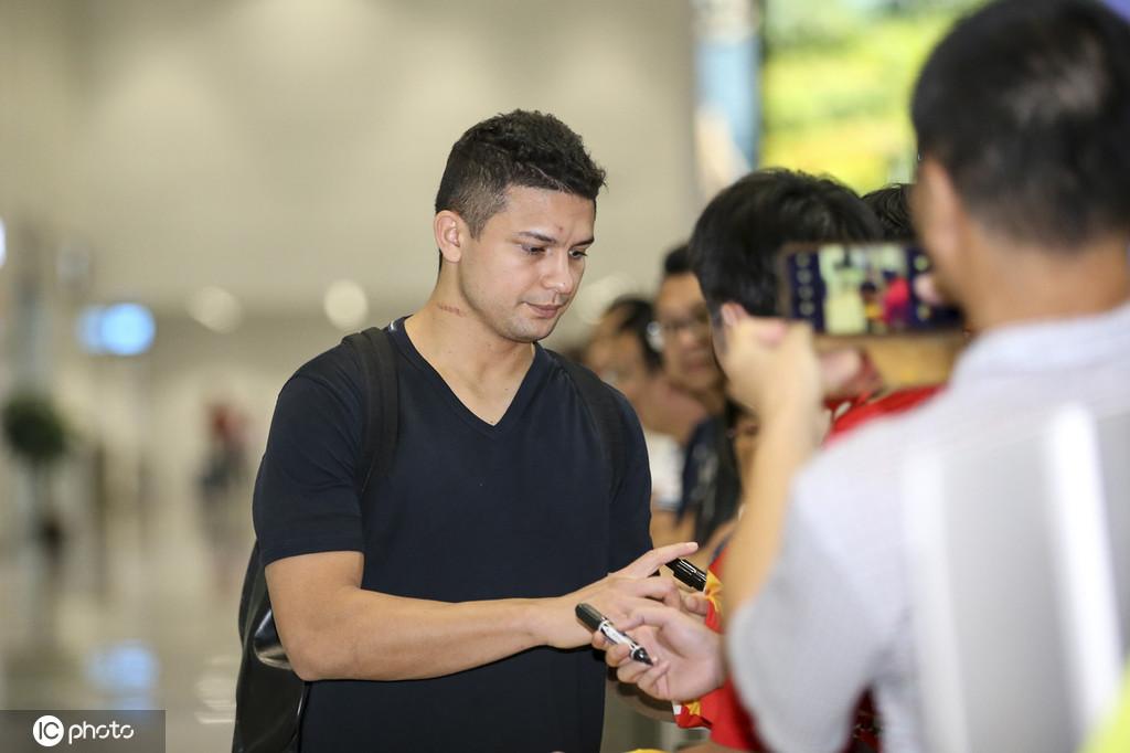 多图流:国足飞抵广州,艾克森为球迷签名颈上伤痕明显