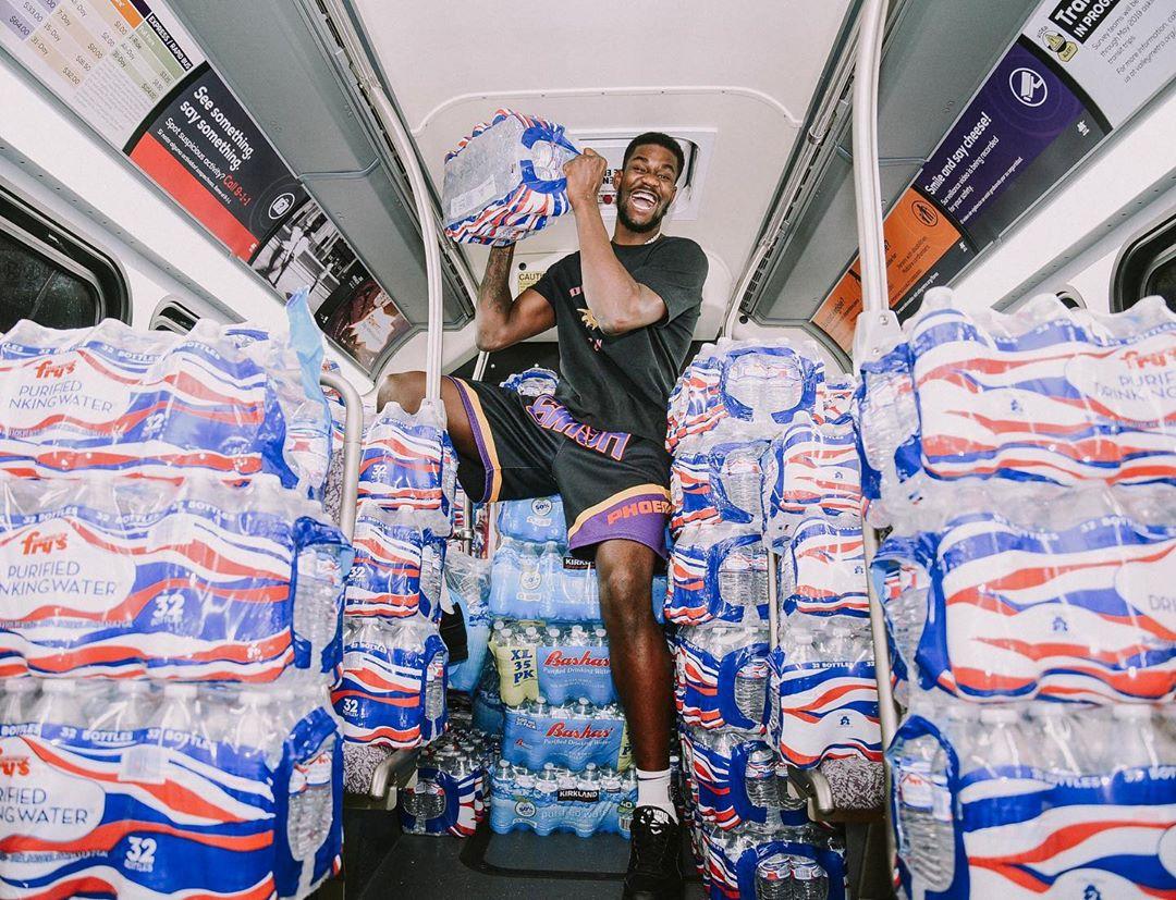 太阳官方更新社媒晒出一组艾顿为灾区捐赠物品的照片