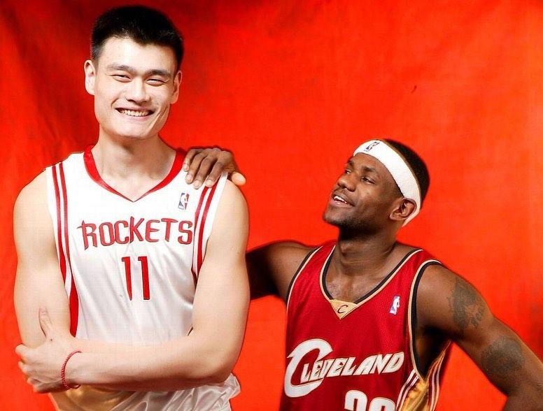 岁月如梭!美媒回顾姚明与多位NBA巨星赛场内外合照
