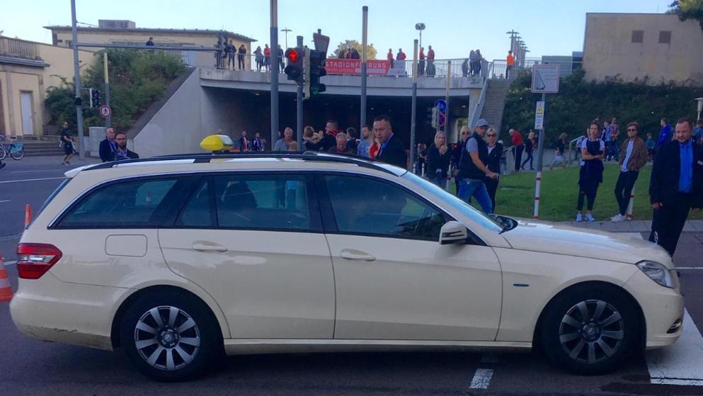 图片报:勒夫坐出租车往球场望球,与鲁梅尼格交谈甚欢