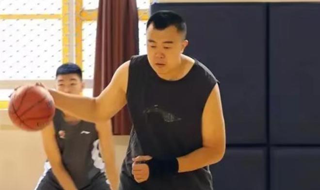 韩德君手伤未愈,预计10月上旬才能参加正常训练