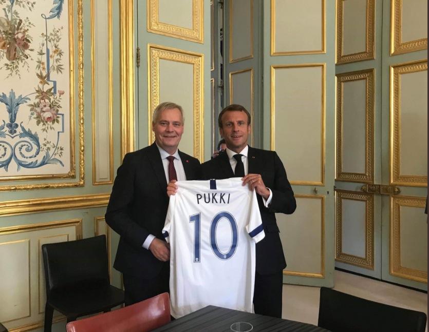 法媒:芬兰总理出访法国,送普基球衣给法国总统马克龙