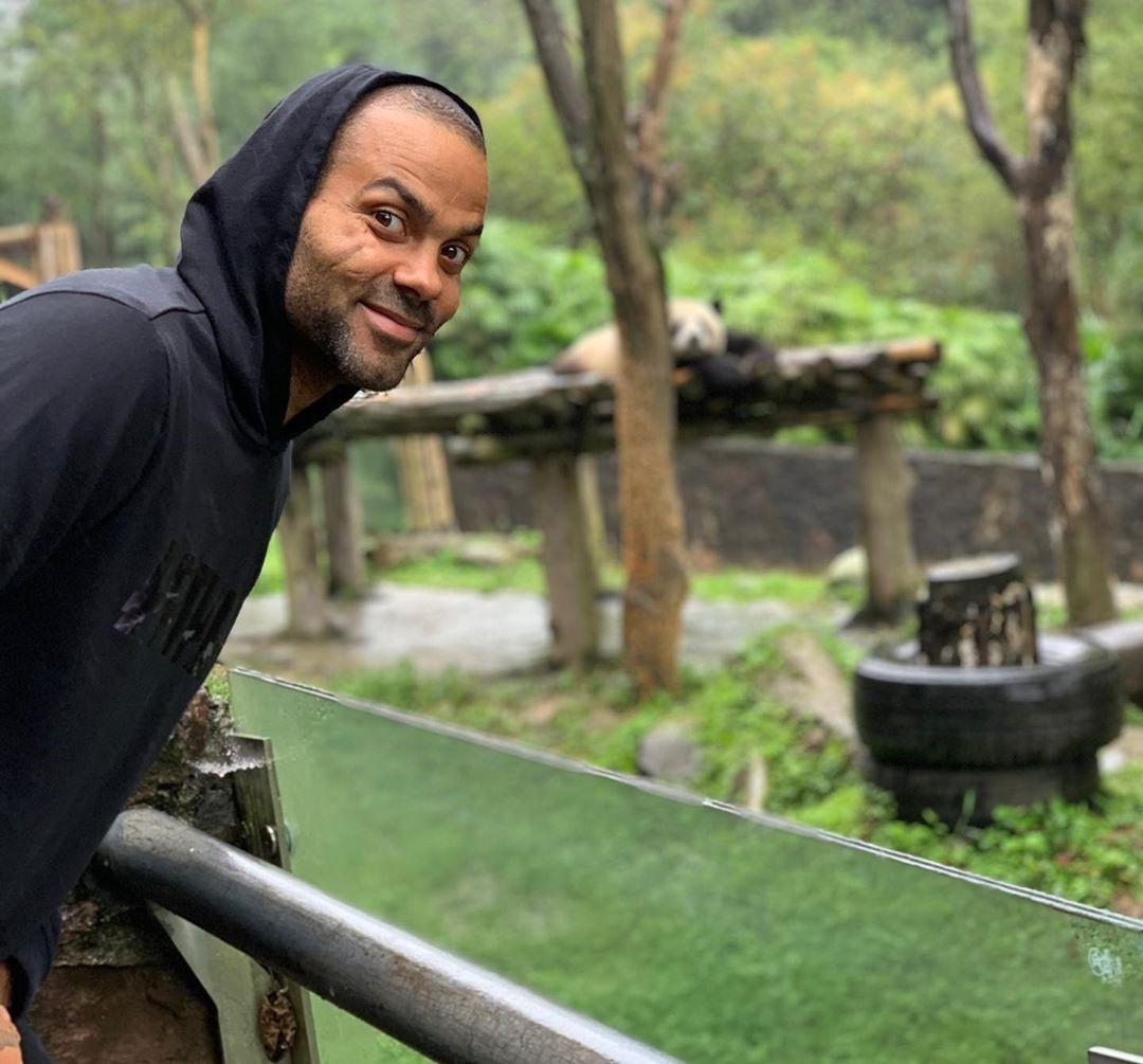 亚博-去看了大熊猫!帕克晒照感叹中国之旅