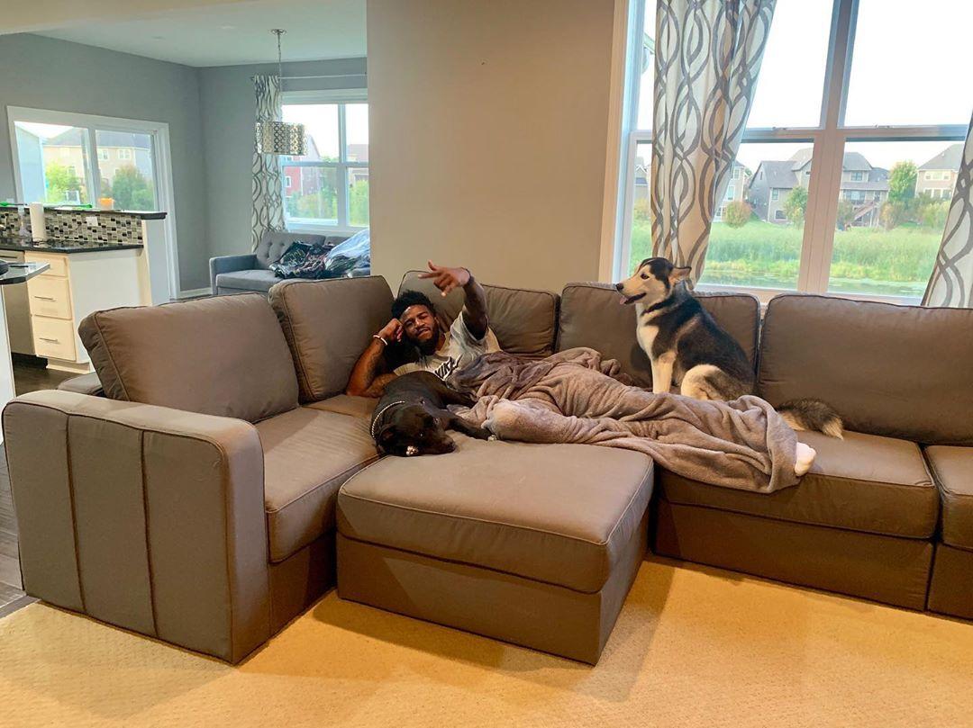 亚博-沙发就是舒服!乔丹-贝尔晒出生活休闲照