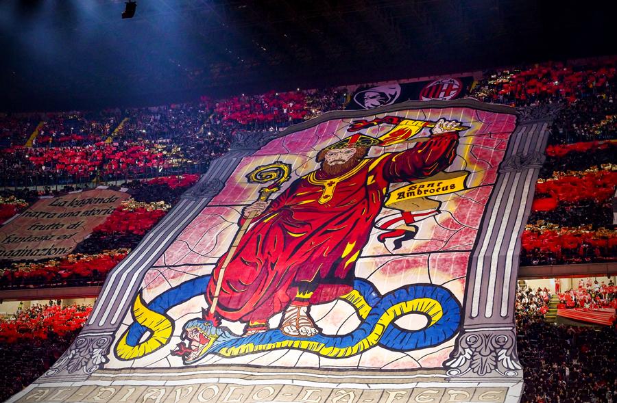 一年两度的盛宴,米兰球迷在德比战打出大幅TIFO