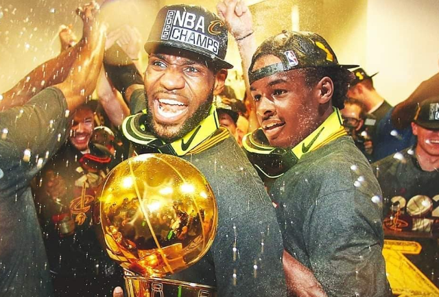 美媒展示詹姆斯父子同框图片:NBA即将变成疯狂的地方