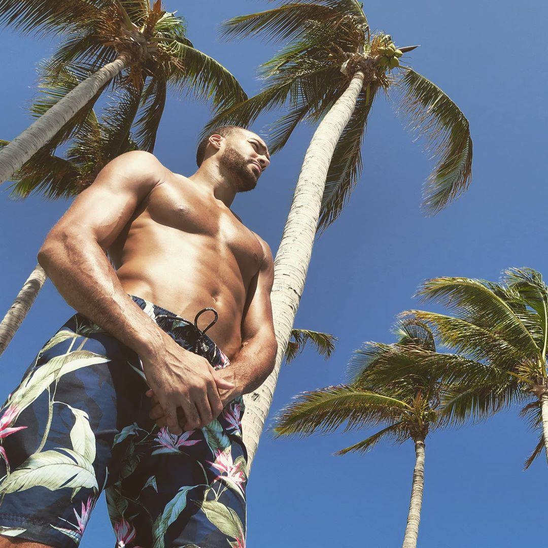 假期没结束!戈贝尔晒海滩照展示完美身材