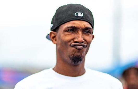 """新表情包来了?路威更新社媒发布一张自己""""笑""""的照片"""