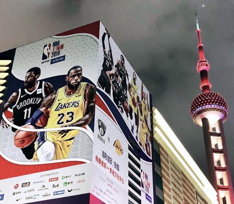 万众瞩目!詹姆斯转发中国赛上海街头宣传照表达期待