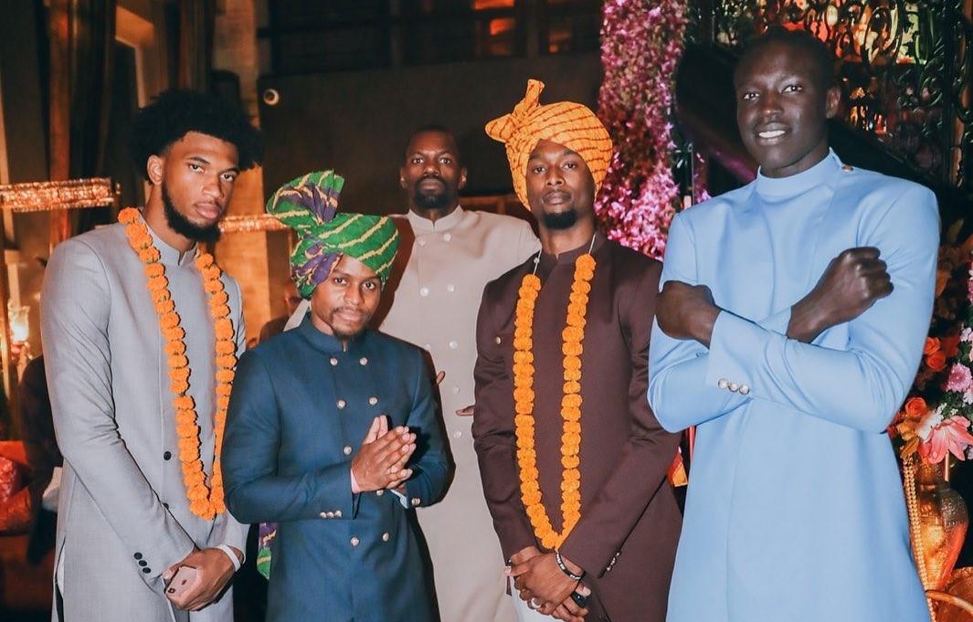 入乡顺俗!巴恩斯晒本身与队友身穿印度民族服饰的相符照