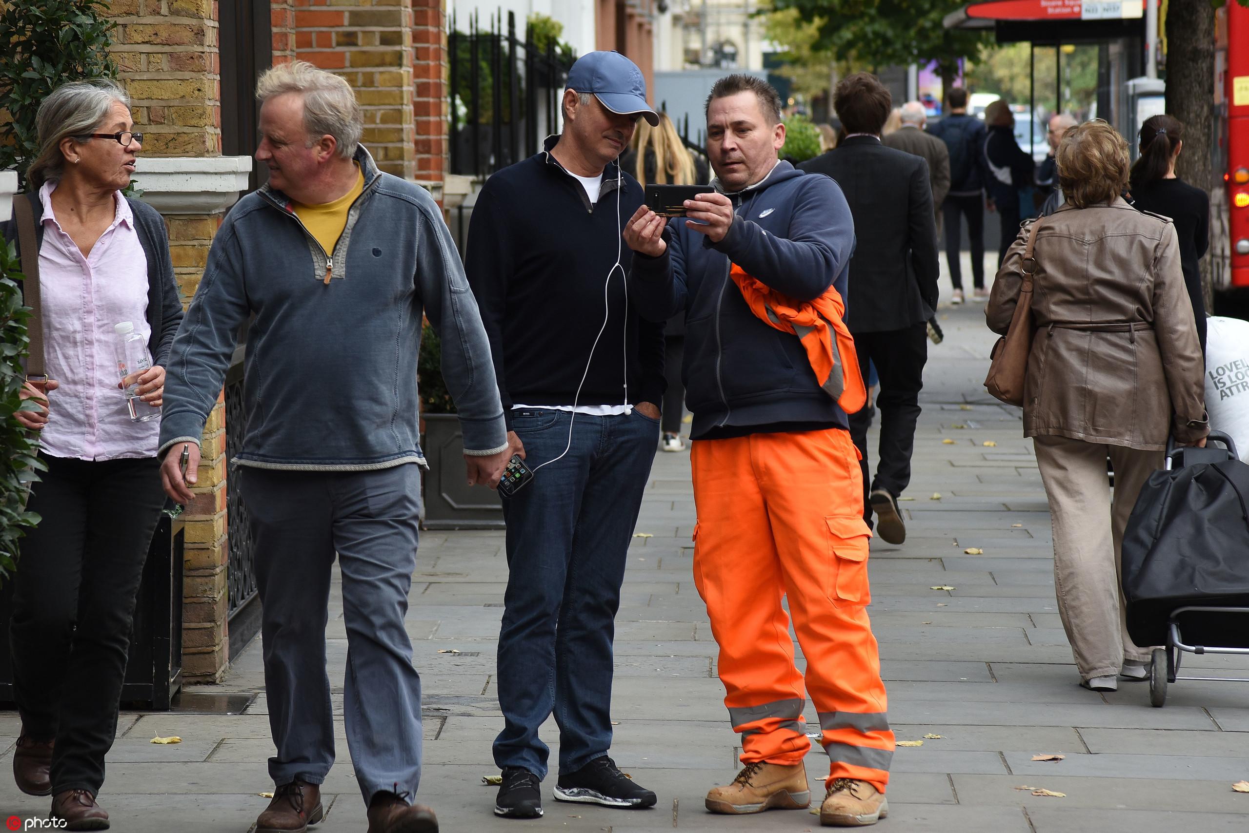 多图流:穆里尼奥漫步伦敦街头,被球迷认出索要合影  足球话题区