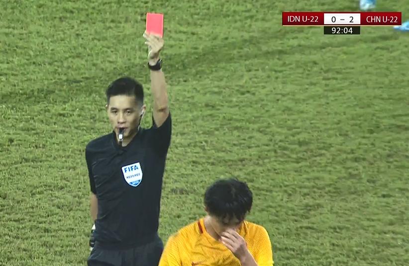 GIF:蒋圣龙战术犯规力阻对手,累计两黄被罚下