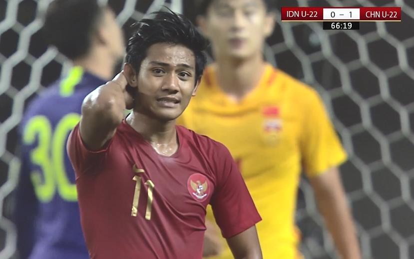 GIF:陈彬彬任意球造对手乌龙,国奥2-0印尼