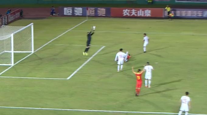 GIF:菲律宾球员禁区内放倒武磊,拉拽动作明显