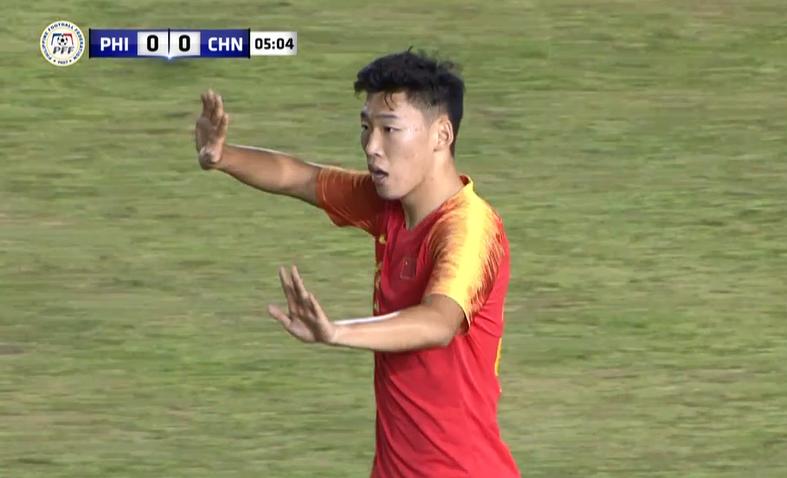 GIF:朱辰杰边路对赖歇尔特犯规,领到本场第一张黄牌
