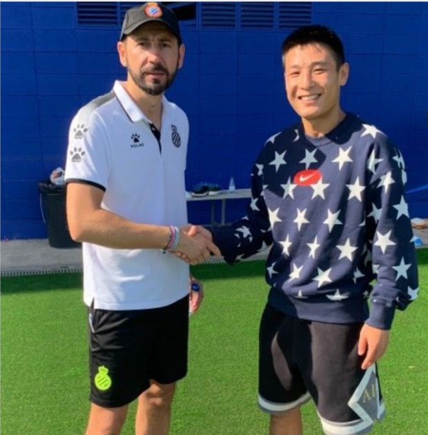 武磊回归俱乐部训练,同新帅马钦见面合影
