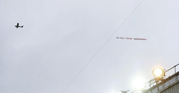 飞机又来了!曼联球迷雇飞机拉横幅,让伍德沃德离开