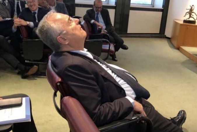 大佬的睡姿!拉齐奥主席参加会议期间间接睡着