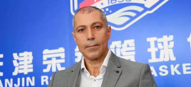 天津男篮为球队主教练胡森庆祝生日:整蛊主教练失败
