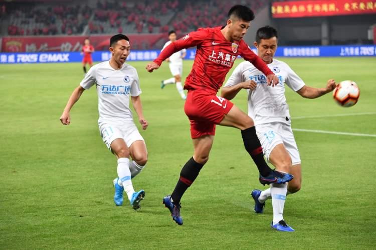 李圣龙谈首次入选国足选拔队:拿到国足球衣先自拍两张
