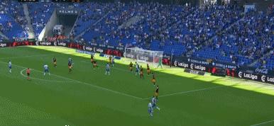 GIF:西班牙人门前获得机会,武磊推射打高