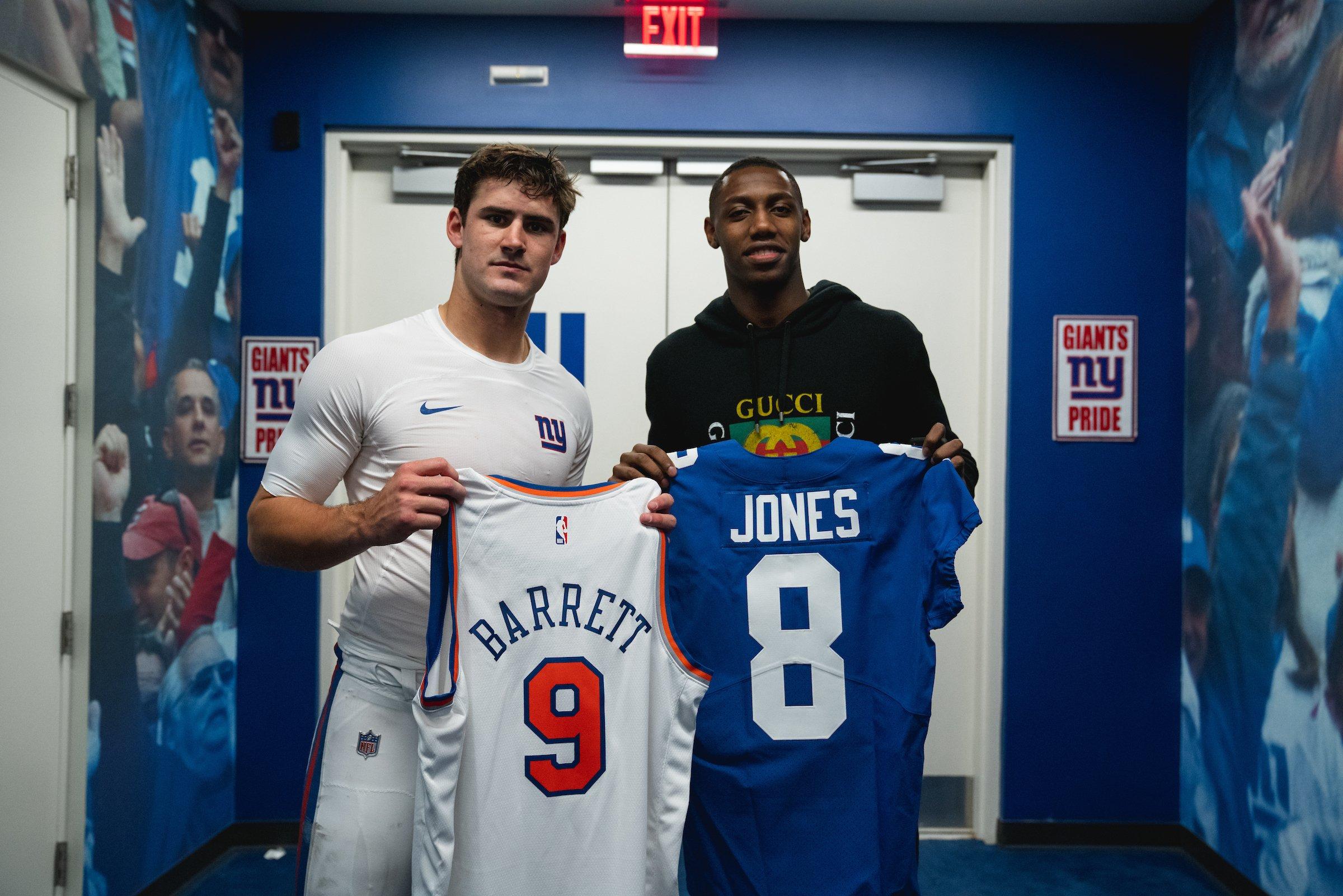 尼克斯官方展示巴雷特与橄榄球明星互换球衣的照片