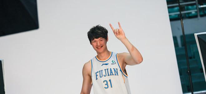 内外开花!王哲林首节得到11分3篮板