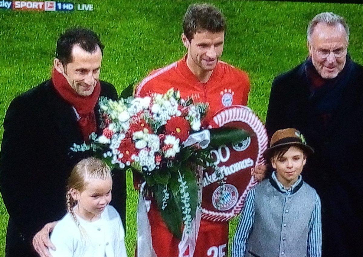 鲜花和掌声!穆勒接受拜仁500场嘉奖