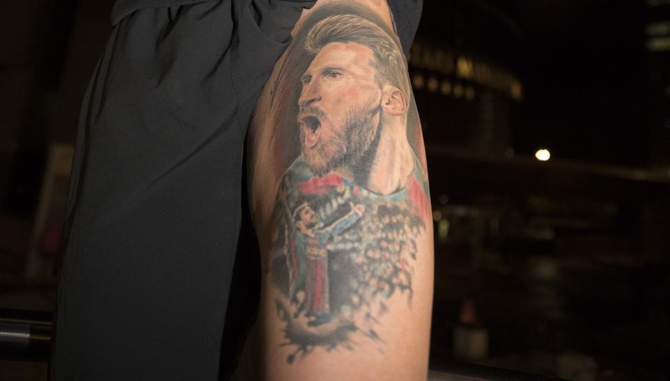 爱你爱得深沉,一巴萨球迷在大腿上纹巨大的梅西画像