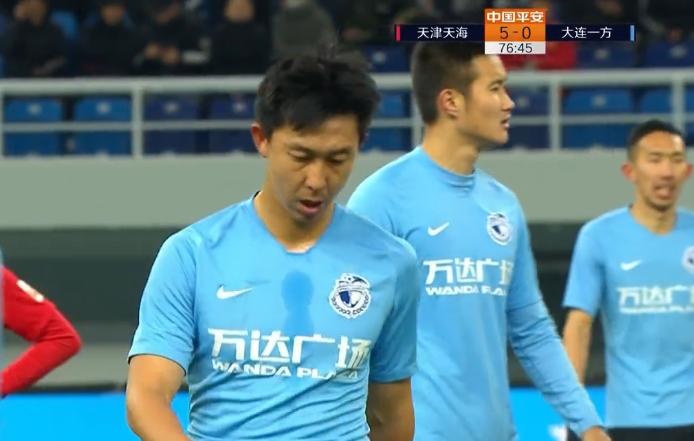 GIF:崔明安亮鞋钉暴铲雷鸟致后者受伤,被直接红牌罚下
