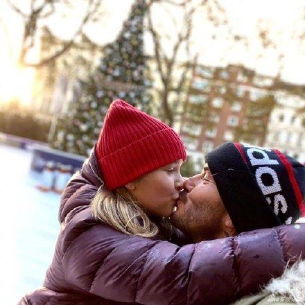 贝克汉姆带小七滑冰,晒出两人在圣诞树前的亲子照