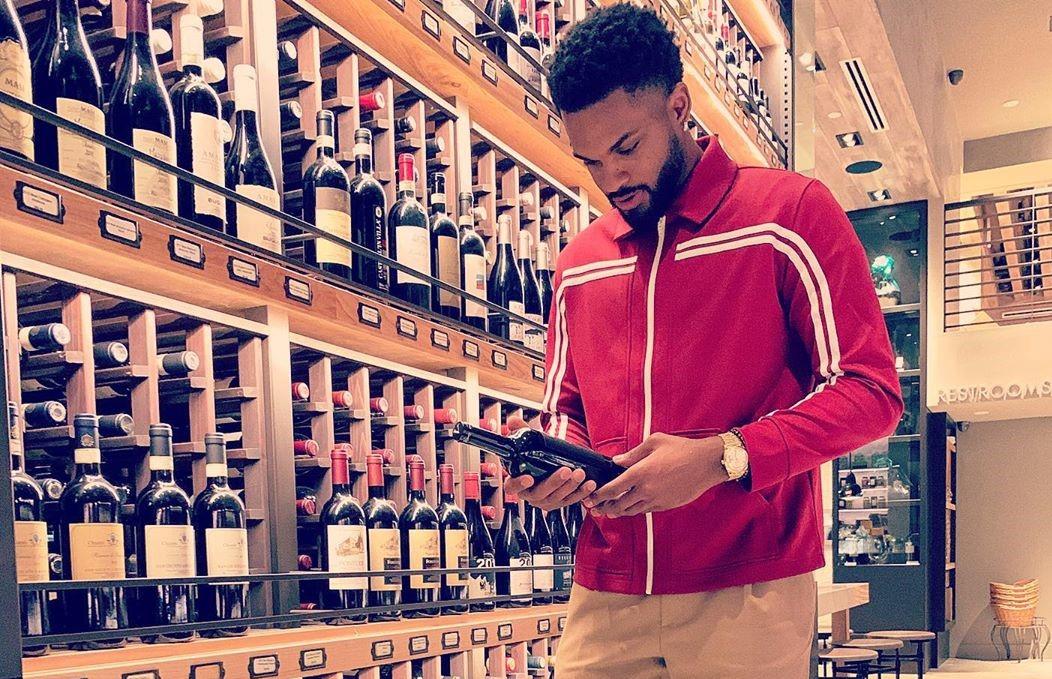 品酒大师?丹尼尔斯晒自己在酒行挑选好酒的照片