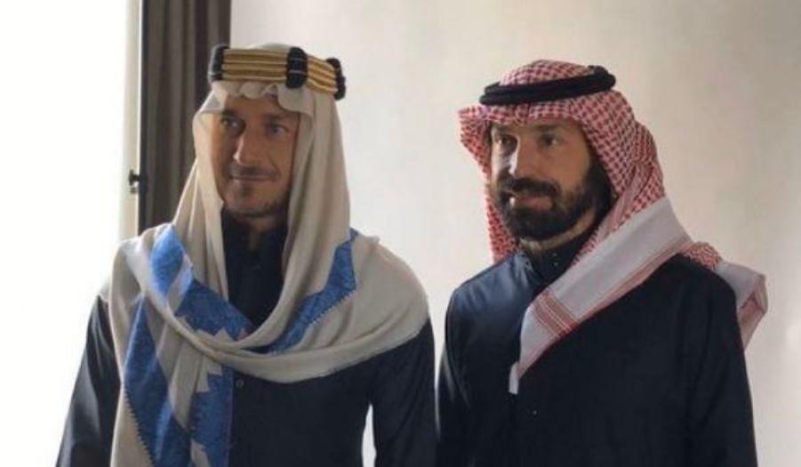 帅气酋长驾到!意大利名宿托蒂皮尔洛着沙特传统长袍亮相