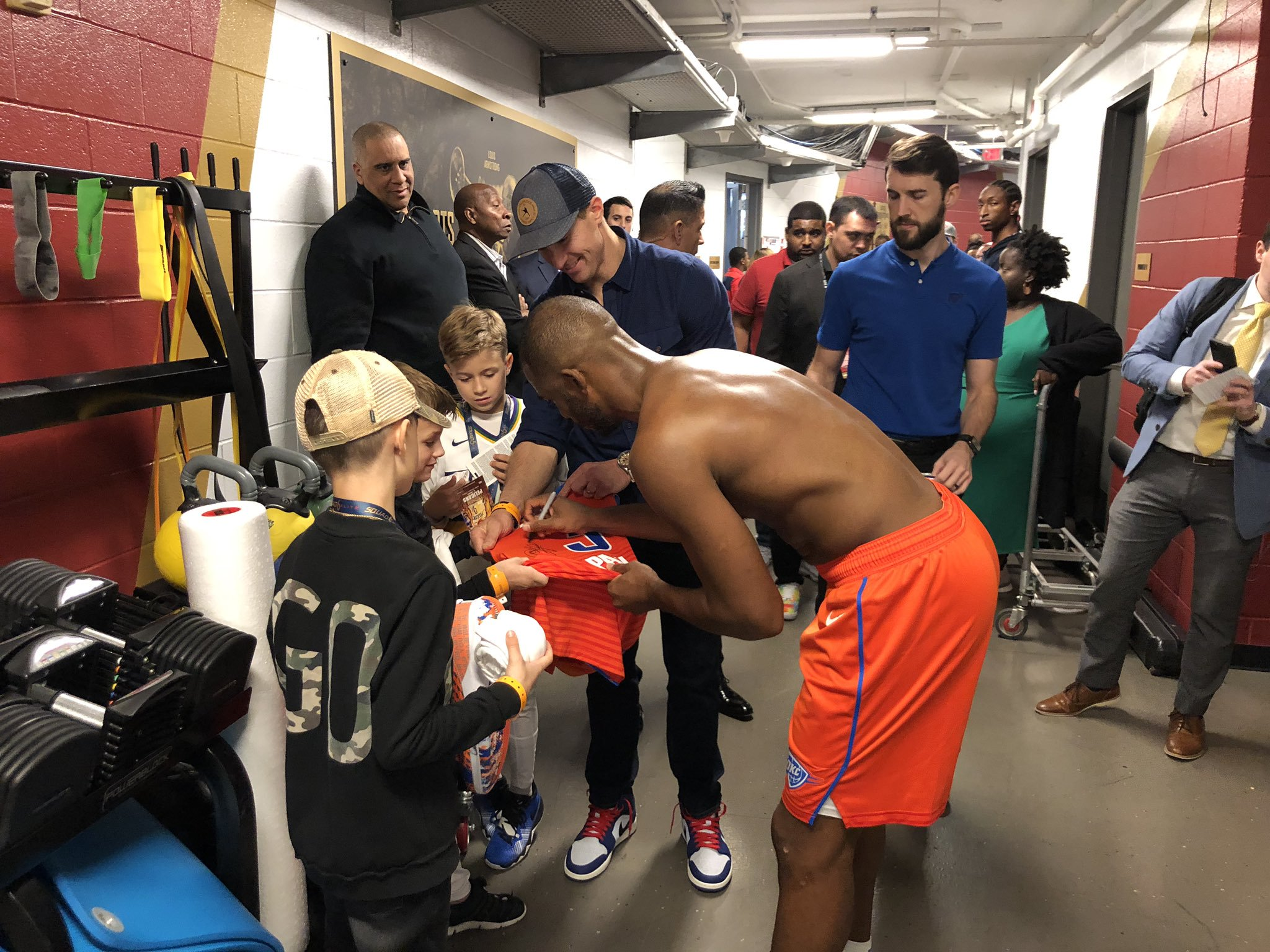 保罗在赛后将球衣送给新奥尔良圣徒队Brees的孩子
