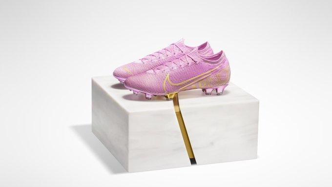 庆祝拉皮诺埃拿下女足金球奖,耐克推出粉色定制版球鞋