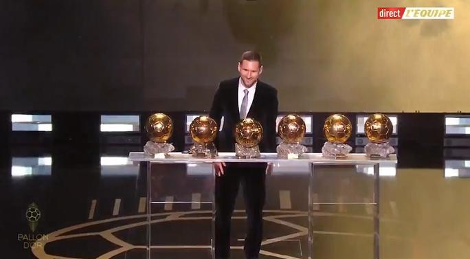 """好""""球""""不嫌多,一图流:梅西展示六座金球奖奖杯"""