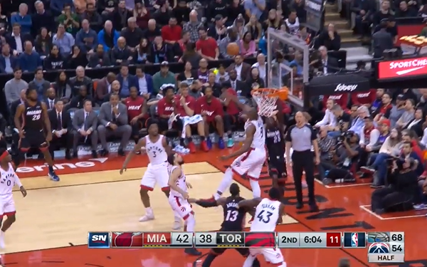 [视频]镇守篮下!伊巴卡直接单掌将纳恩的上篮扇飞