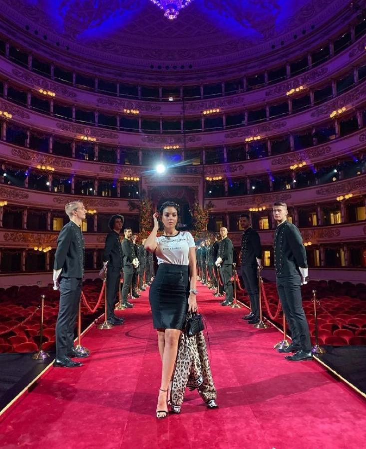 乔治娜前往米兰出席品牌活动,心情不错气场十足