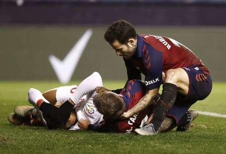 奥萨苏纳前锋比赛中脑震荡昏迷,幸好抢救及时已经脱险
